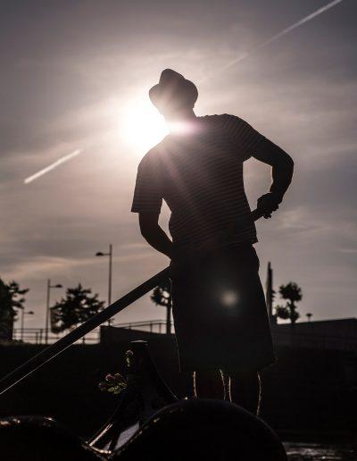 Gondola Tours Leeuwarden gondelier tegenlicht silhouet
