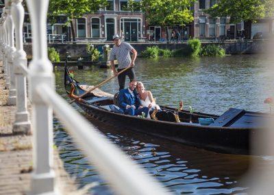rondvaart leeuwarden friesland huwelijksbootje gondel bruidspaar genieten kanaalsbrug